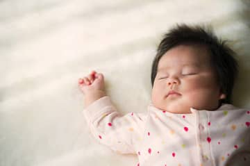 【助産師解説】赤ちゃんの寝相が悪いのは問題?主な原因と対策