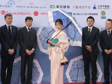 東京駅で公開された古地図デザインの新傘