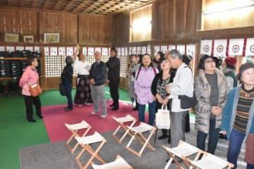 比木神社拝殿天井の水彩画300枚を見学した参加者ら