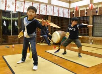 日置神楽「一番舞」の練習に励む大木皇李君(右)と出口朝翔君