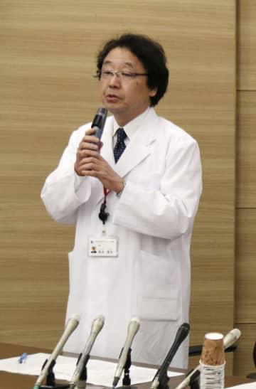 記者会見する神戸市立神戸アイセンター病院の栗本康夫院長=9日午後、神戸市