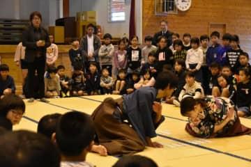 全国レベルの競技かるたに見入った吾田東小児童ら