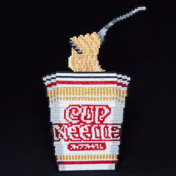 綿棒3600本で作った謎のカップヌードル画像が人気 「麺も綿棒」と胸を張る公式 画像