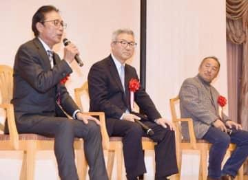トークショーで話す(左から)岡義朗さん、達川光男さん、西田真二さん=岡山市