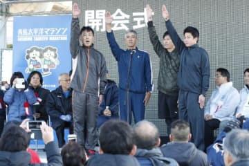 選手宣誓する宮崎市消防局の(左から)濵畑貴晃、濵砂憲治郎、馬迫文明、坂本修一さん=8日午前、宮崎市熊野・県総合運動公園