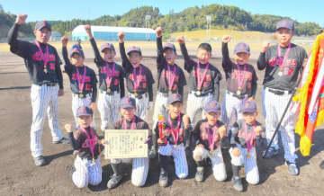 初優勝を果たし喜ぶ清武スパイダーズの選手ら=8日午後、宮崎市清武総合運動公園