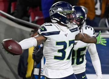 LOS ANGELES, CALIFORNIA - DECEMBER 08: Defensive back Quandre Diggs #37 of the Seattle Seahawks celebrates after intercepting a pass in the third quarter of the game against the Los Angeles Rams at Los Angeles Memorial Coliseum on December 08,...