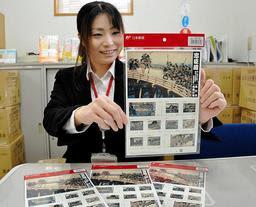 忠臣蔵浮世絵の切手シートと赤穂さくら通り郵便局の石田涼子局長=赤穂市北野中