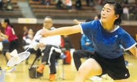 女子シングルスで優勝した伊藤汐音