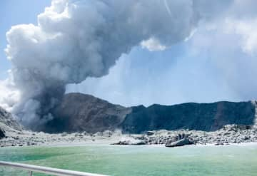 NZのホワイト島で火山噴火、5人死亡