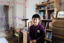 数学検定1級に史上最年少で合格した安藤匠吾君。好きな数式をボードに描いた=西宮市(撮影・大山伸一郎)