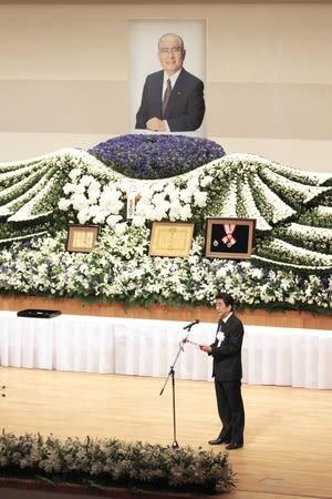 高鳥修氏のお別れの会で式辞を述べる安倍晋三首相=8日、上越市
