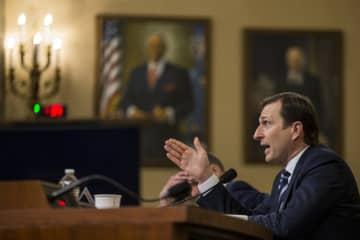 ウクライナ疑惑を巡る弾劾手続きの公聴会で証言する民主党のゴールドマン氏=9日、ワシントン(ゲッティ=共同)