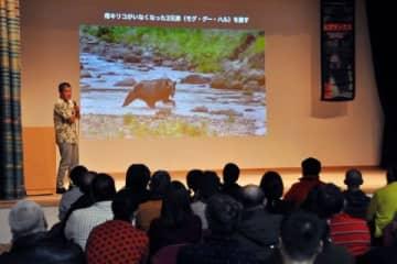 知床半島のクマの映像を見せながら「親子の愛情はとても深い」と話す阿部幹雄さん