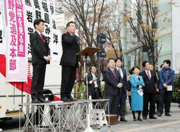 東京・有楽町で街頭演説する立憲民主党の福山幹事長(左から2人目)=10日午後