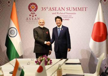11月、バンコクで日印首脳会談に臨む安倍首相(右)とモディ首相=インド政府提供