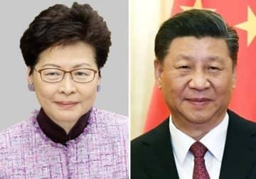 香港の林鄭月娥行政長官(左)、中国の習近平国家主席