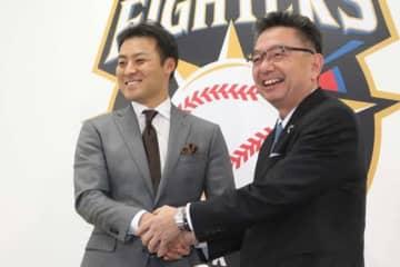 日本ハムのスペシャルアドバイザーに就任する田中賢介氏(左)【写真:石川加奈子】
