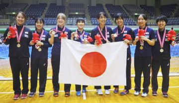 アジアパシフィック選手権で優勝し、金メダルを掲げる日本女子選手ら=千葉ポートアリーナ