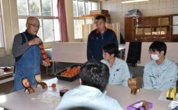 黒木敬介さん(左)の指導を受ける研究班の生徒ら