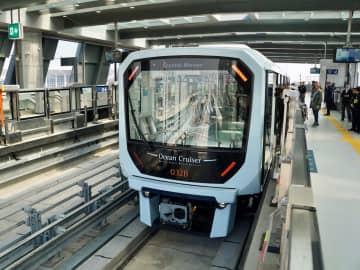 マカオLRTタイパ線の起点となるタイパフェリーターミナル駅に停車中の列車=2019年12月10日本紙撮影
