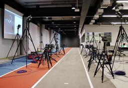走っている選手の動きを詳細に分析する「バイオメカニクス実験室」=アシックススポーツ工学研究所(一部はアシックス提供)
