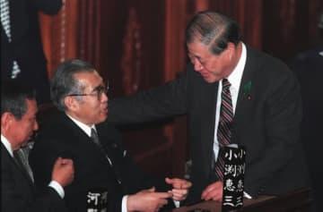 時事通信 小渕恵三首相(左)と話す玉沢氏(2000年)