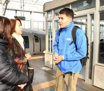 出発前にAMDAのスタッフと話す神倉さん(右)=JR岡山駅
