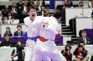 齊藤(左)と植草が残り10秒で激しい突き合いに。齊藤が初優勝を納めた