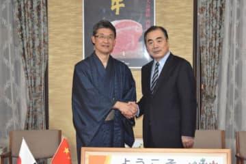 河野知事(左)を表敬した中国の孔鉉佑駐日大使=10日午後、県庁