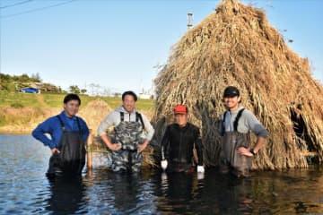 完成したアバ漁の小屋の前に立つ垣原利彦さん(右から2人目)と良一さん(同3人目)ら国富町商工会青年部のメンバー=国富町本庄・本庄川