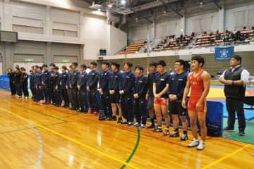 3季連続優勝を遂げ、応援席にあいさつする中京学院大チーム