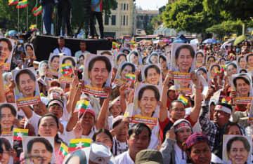 ミャンマー政府のICJ出廷に際し、「スー・チー氏とともに」とシュプレヒコールを上げるミャンマーの人々=10日、ヤンゴン(NNA)
