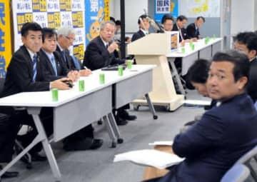 野党合流を議論した国民民主党の両院議員総会でマイクを握る柳田氏(左から4人目)や森本氏=右手前(9日)