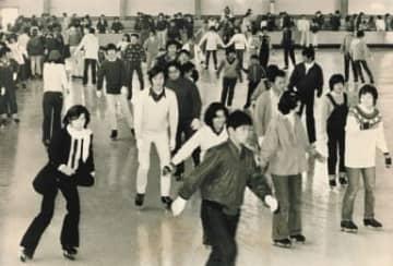大分スポーツセンターでスケートを楽しむ人たち=1978年、大分市南春日町