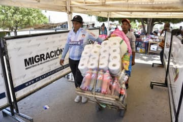 A Venezuelan transports in a pushcart the goods bought by a Venezuelan woman in Colombia to Venezuela in the border between Colombia and Venezuela on June 09, 2019 in Paraguachon, Colombia. - Guillermo Legaria/Getty Images North America/TNS