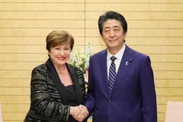 安倍首相を表敬訪問したクリスタリナ・ゲオルギエヴァIMF専務理事(11月25日、首相官邸ホームページより)