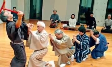 組踊公演の合同稽古に励む出演者=浦添市・国立劇場おきなわ