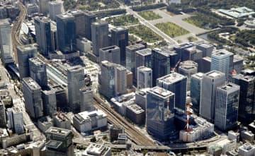 大企業の本社ビルなどが立ち並ぶ東京駅前=2017年