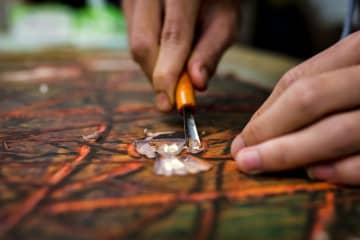 刃先から生まれる芸術 雲南省の「絶版木彫」