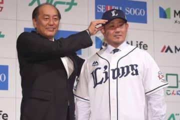 渡辺久信GM(左)と西武のユニホームに袖を通した松坂大輔【写真:小倉元司】