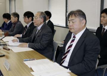 記者会見する第三者委員会のメンバーら=11日午前、神戸市役所