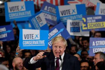英中部マンチェスターで行われた選挙集会で話すジョンソン首相=10日(ロイター=共同)