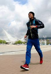 100日連続フルマラソンを達成した書家で詩人の上山光広さん=26日午前、神戸市中央区波止場町のメリケンパーク(撮影・鈴木雅之)