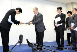 調査報告書を折出健二委員長(中央)から受け取る長田淳教育長(左)=11日午前、神戸市役所(撮影・鈴木雅之)