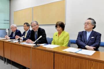 住民投票でIR誘致の是否を問うよう訴えた藤田共同代表(右から2人目)ら=横浜市役所