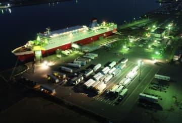 トラックが並ぶフェリー乗り場。宮崎カーフェリーへの計45億円の貸し付けが決まり、新船建造が本格的に動きだす=宮崎市・宮崎港(ドローン撮影)