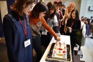 学生らが、折れたり古くなったりした針を豆腐に刺して供養した=岩崎学園横浜fカレッジ(横浜市西区)