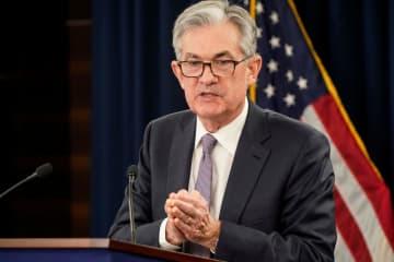 連邦公開市場委員会(FOMC)を終え、記者会見するFRBのパウエル議長=11日、ワシントン(ロイター=共同)