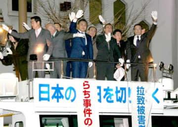 花角英世知事と県議団が拉致被害者の早期救出を訴えた街頭演説=11日、新潟市中央区